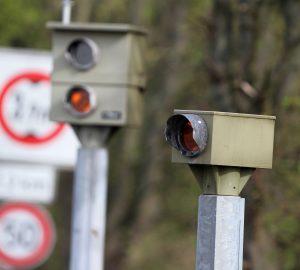 Wer zum 2. Mal geblitzt wurde und über 26 km/h zu schnell war, muss mit einem Fahrverbot rechnen.