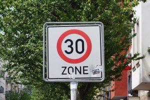 Ab wann droht ein Fahrverbot? Mit 100 km/h durch eine 30er-Zone zu fahren, führt z. B. zu drei Monaten Fahrverbot.