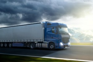 Der Abstand bei einem LKW ist größer als beim PKW. Das große Gewicht verlängert den Bremsweg.