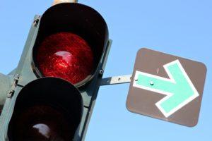 Bei einem Grünpfeil darf die Ampel auch bei rot überfahren werden. Es muss aber zunächst gehalten werden.