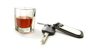 Laut Anlage 4 FeV schränkt der regelmäßige Konsum von Alkohol die Fahrtauglichkeit ein.