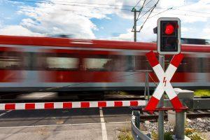 Bahnübergang bei geschlossener Schranke mit Kfz überquert? Das sind 700 Euro, zwei Punkte und drei Monate Fahrverbot.
