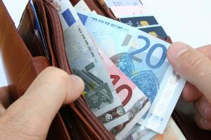 Für einen Bußgeldbescheid fällt eine Gebühr von mindestens 25 Euro an.