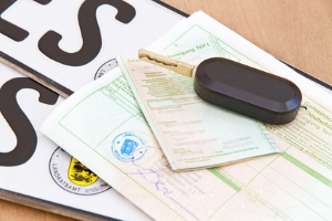 Bußgeldbescheid prüfen: Ein falsches Kennzeichen kann den Bescheid ungültig machen.