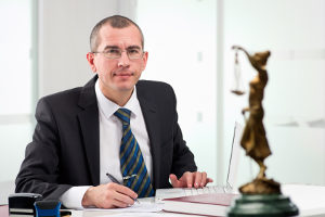 Ein Anwalt kann Sie unterstützen, wenn Sie Einspruch gegen einen Bußgeldbescheid einlegen wollen.