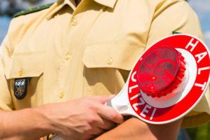 Fahren Personen ohne Fahrerlaubnis, besteht die Strafe in einer Geld- oder Haftstrafe.