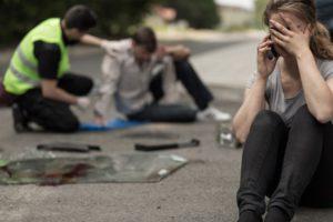 Wer Fahrerflucht bei einem Personenschaden begeht und keine Erste Hilfe leistet, macht sich der unterlassenen Hilfeleistung schuldig.