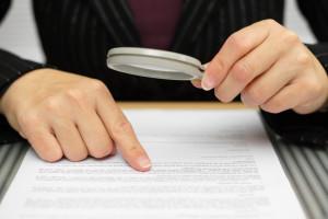 Nicht selten können Betroffene ein Fahrverbot abwenden, wenn sie Fehler im Bußgeldbescheid finden.