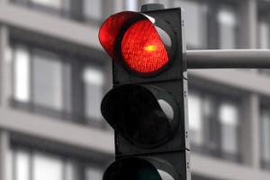Fahrverbot droht: Lichtzeichen wie eine rote Ampel müssen beachtet werden. Ein Verstoß ist ein gefährlicher Eingriff in die Verkehrssicherheit.