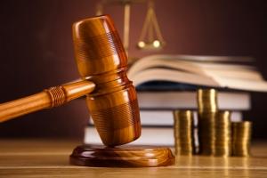 Das Gericht legt fest, an wen die Geldauflage gespendet wird.