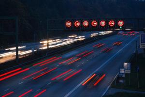 Zur Geschwindigkeitsüberschreitung auf der Autobahn kommt es, wenn Verkehrsschilder ignoriert werden.