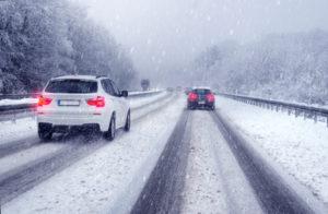 Es ist eine Geschwindigkeitsüberschreitung, wenn Sie das Tempo nicht den Wetterverhältnissen, z. B. Schnee, Nebel oder Regen, anpassen.