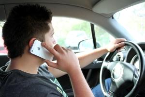 Das Handy am Steuer eines Fahrzeugs zu benutzen, ist nicht nur gefährlich, sondern auch verboten.