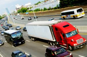 LKW-Fahrverbot: Für LKW gilt gemäß § 30 StVO ein Fahrverbot an Sonn- und Feiertagen. Das erste Mal mussten die LKW in Deutschland am 1. Mai 1956 auf dem Parkplatz stehen bleiben.