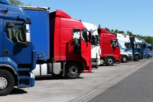 Nicht alle Lkw sind vom Sonntagsfahrverbot betroffen. Ausnahmen gelten z. B. für die Transporte bestimmter Güter.
