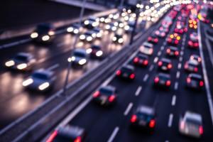 Der Mindestabstand sollte auf der Autobahn unbedingt eingehalten werden. Bei den hohen Geschwindigkeiten enden Unfälle häufig tödlich.