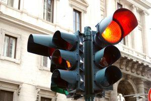 Eine rote Ampel zu überfahren ist eine schwerwiegende Verkehrsordnungswidrigkeit.