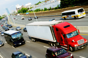 LKW müssen das Sonntagsfahrverbot beachten. Wird es ignoriert drohen, hohe Geldbußen.