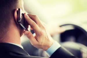 Das Telefon darf am Steuer nur über Freisprechanlage genutzt werden.